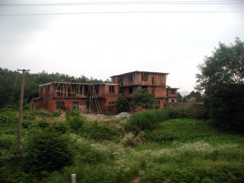 これらは、道中車窓から見える風景。<br />これは変わった家ですね。