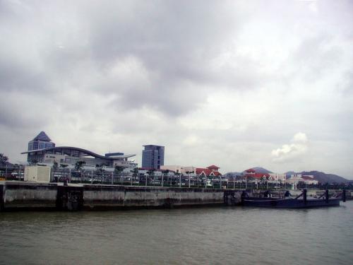 港を離れてまもなく。<br />振り返って見た風景。