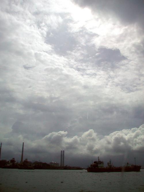 厚く覆われた雲。。。<br /><br />何かの前兆なのか?・・・不吉な予感。