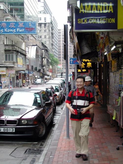 香港のホテルを出て来た所。<br /><br />ホテル探しの時は、焦り気味だったので、写真撮るのを忘れちゃいました。<br />後で出てきますのでお楽しみに!!