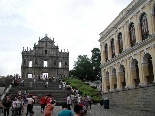 降りた所から天主堂をバックに広場を撮影。
