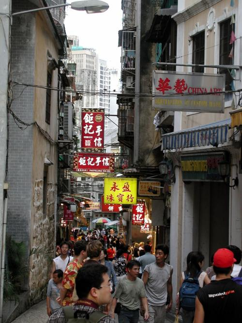 ついて行く事にしました。<br />うーん、リトル香港って感じ・・・