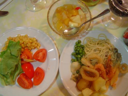 今日の夕食はホテル内のレストランで<br />バイキング。<br />スパゲッティボンゴレとか・・<br />イカとエビのフリッターとか・・<br />サラダとか・・。<br />味は、まぁこんなもんでしょって感じだけど、<br />食べ終えたらすぐに部屋に戻れるってことが<br />何より嬉しい。