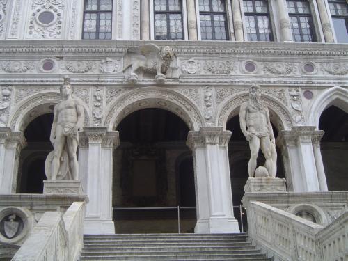 ココもドゥカーレ宮殿です。<br /><br />室内は撮影禁止でした。