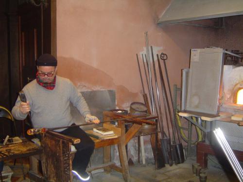 ヴェネツィアングラスの工房です。<br /><br />職人さんが見事な手さばきで作ったのは<br />馬の置物。<br />
