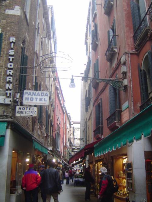 サンマルコ広場近くの路地です。<br />レストランや雑貨屋さんなどなど<br />とにかくいろ〜んなお店が・・・。<br />1日中歩きまわっても飽きないだろうなぁ。