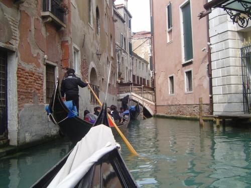 ゴンドラ写真?<br /><br />ヴェネツィアに来たら<br />やっぱりゴンドラに乗らなきゃでしょ〜。