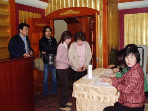 受付です。<br /><br />当日は何人来るのか緊張しました。<br />家内を含めた3人で応対。<br /><br />パン屋の総務委員Sさんは会場の外で会員の皆さんを誘導して下さいました。<br /><br />盼 雅<br />http://4travel.jp/traveler/enyasu/album/10040262/