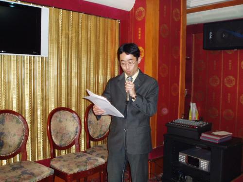 司会者の事務局長 吉田豊さん<br /><br />いよいよ延辺日本人会設立大会の始まりです。