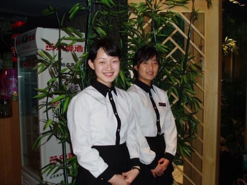ウエイトレスさんは延辺大学日本語学科の学生さん<br /><br />1年生、2年生の学生さんでもかなり日本語が上手です。