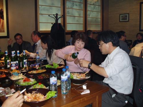 北海亭さんの御協力で料理、飲み物 本当に充実した懇親会になりました。<br /><br />親睦委員会 北海亭の徳山さんテダニカンサムニダ!
