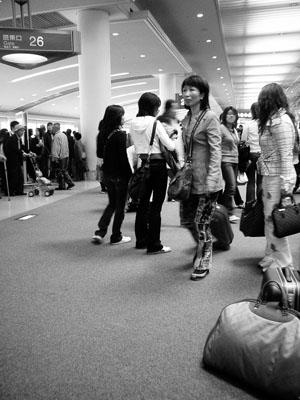 那覇空港到着なのである。<br />平日なのに、ヒトがうようよいた...