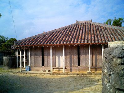 しかしながら、黒島の家では屋根にシーサーが乗っていなかった。