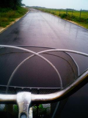 いきなりの驟雨に襲われた。<br />コレで、本命の「南十字星」を見ることは不可能となった。<br />自転車をこぎながらの撮影は困難であった。何度もひっくり返りそうになったのである。