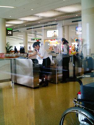 帰りの乗り継ぎも那覇空港である。<br />何故か、ゲートの「おねいさん」を撮らなくては、空港に来た気がしないのである。