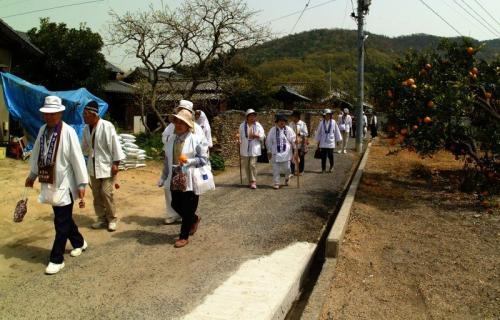 お大師参りの巡拝客が豊島の古い町並みを行きます。