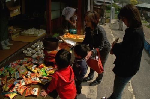 それぞれの札所ではお茶やお菓子やおにぎりやお寿司等のお接待があります。