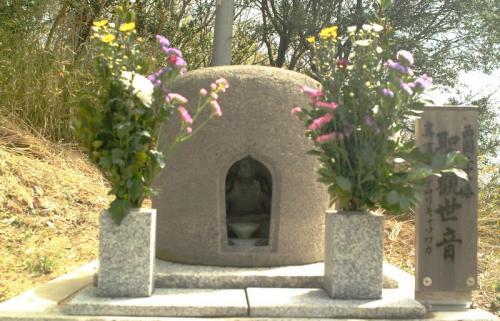 札所の中には小さな札所もあります。<br />ドーム状の覆いの中には豊島石(角礫凝灰岩)の石仏が、祀られています。