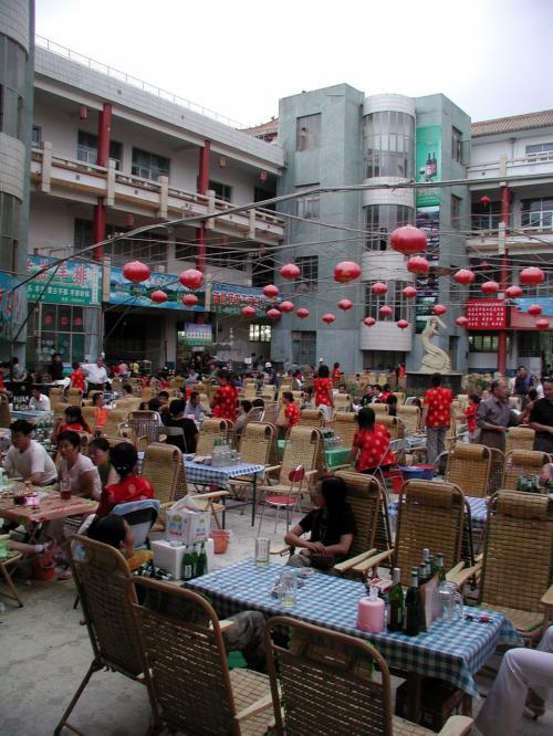 敦煌優名小吃広場。<br /><br />沙州市場の一角にあるこのビアガーデン様式の広場は、敦煌人の憩いの場でもある広場。<br /><br />司馬義さん達と我々との交流は、ココが起点でした。