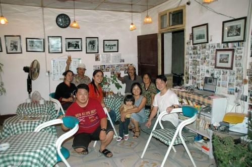 英英珈琲屋。<br /><br />9月8日の最後の営業日に撮影した記念写真です。<br />我々が連れてきた維吾爾人女性が、6年間の営業で、最初で最後の維吾爾人だそうです。<br /><br />都合で暫くは、英英さんによる営業は休止されるそうです。