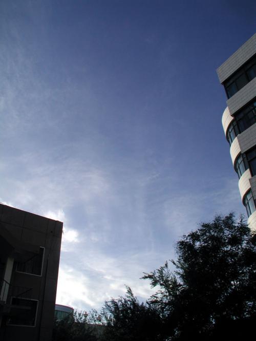 こちらは、同じくアパート前から眺めた西の空。<br />日の傾きが判りますね。<br /><br />左の黒い突起は、城建局楼房。<br />右の縞模様は、おなじみの敦煌大厦。<br /><br />陽の光がカメラのレンズ内でサチると、空の色が藍色に変わってしまいます。<br />PhotoShopでの補正もこれが限界。。。