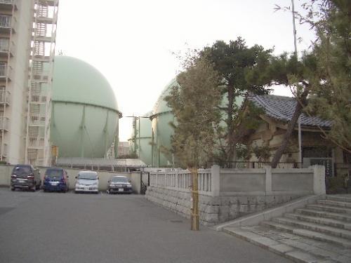 <石浜神社>鳥居前><br />隅田川に架かる白鬚橋[しらひげばし](明治通りが通る)の西詰めにあります。<br />後ろは東京ガスのガスタンクです。<br />http://www.ishihamajinja.jp/index.html