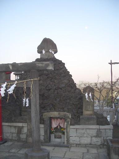 <石浜神社>富士遥拝所><br />溶岩っぽい岩がゴツゴツしています。<br />一般には「富士塚」と呼ばれていますね。