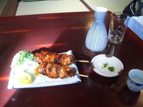 <尾花><br />ウザクだけでは時間が持てなくて、プリップリの焼き鳥を頬張り、ビールから日本酒に移行してます。