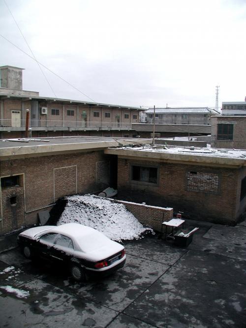 トイレの窓から見える光景。<br />車の上に雪がびっしりです。