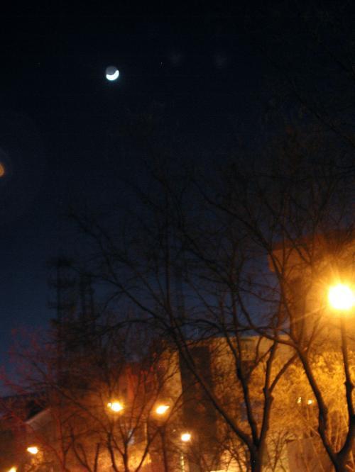 帰宅途中空を見上げると、ポッカリ白い三日月が浮かんでいました。<br />夏場はこの時間に付きを見る事は出来ませんが、春は21時頃から夜空に浮かぶ月が見られます。<br />(画像は21時8分)