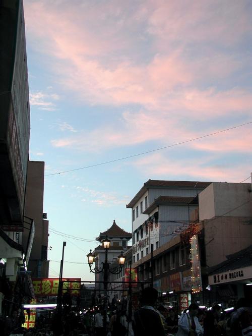 夜の9時で、やっとこさ夕焼け。。。(@@;<br />同じ国の北京なら、もうとっくに真っ暗ですよね。<br /><br />天気が良かった日は、西日のパワーも凄いです。