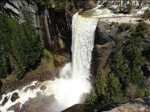 上から見たバーナル滝(落差97m) <br />これからこの滝に沿って下のほうへ下りて行きます