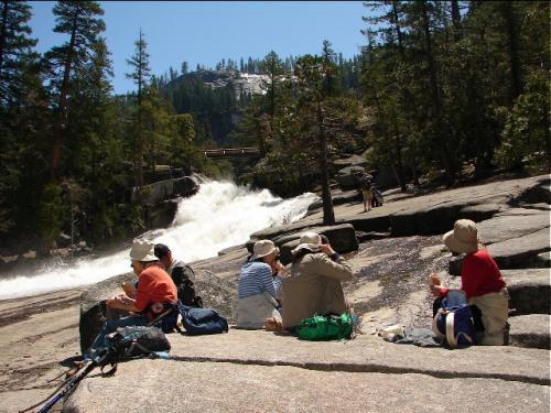 ネバダ滝から落ちた水がものすごい勢いでバーナル滝方向へと流れ込む。<br />ここはマイナスイオン効果でたいへん清々しい。<br />ランチの後、平らな岩をベッドに皆さんお昼寝タイムを取りました。