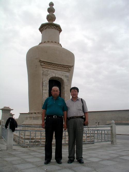 お馴染みの王道士(王圓籙)の石墓標です。<br />一緒に来た維吾爾人の、これ又恰幅の良い人は、韓さんが現役の役人だった頃、ずっとついていてくれた側近みたいな人です。<br />こまの旅行記の一番トップにある、「爺ぃの故郷〜新疆莎車県〜」で、これ又一番最初の写真に出ている人です!<br />「帯維族人来敦煌!」と言っていたので、誰が来るのか判りませんでしたが、知った人だったので気が落ち着きました。(^^<br /><br /><br />・・・しかしホントにデカイ人。。。(ーー;