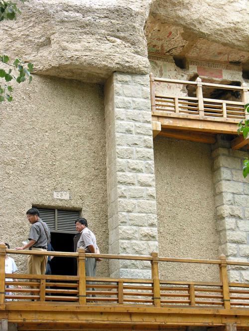 257窟の壁面は、こんな感じで趣がありますね。<br />上の小窟も見てみたい・・・