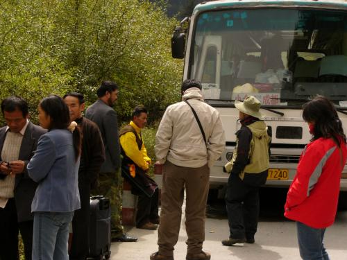 成都からバスで4,487mの巴朗山峠を越え、四姑娘山のふもとの町まで、6時間ほど。<br />のはずだった・・・。<br />順調に道を進んでいくバスは4時間ほど走った山道の途中で音沙汰も無く止まった。<br />何か運ちゃんが叫んでいるが、中国語のほとんど出来ない自分には全く理解できず。<br />ま、何とかなるだろ、って思ってると乗客たちは各々ヒッチハイクを始めた。<br />ま、何とかなるだろ、って思って居眠りをしたが、ふと気付くと周りにたくさん居た乗客がほとんどおらず・・・。<br />さすがに焦ってバスの外に出ると高い山間なだけあって、なかなか寒し。<br />残っている乗客のほとんどは、きちんとした登山のカッコ。それに引き換え、自分は成都で買ったフリースジャケットどまり・・・。<br />彼らとヒッチハイクしてみるも、なかなか車は止まってくれない。<br />2時間ぐらいたったところで「あと1人は入れるぞ!」みたいな運ちゃんと目が合った自分が何とか乗れた。ほとんどスペース無かったけど我慢。
