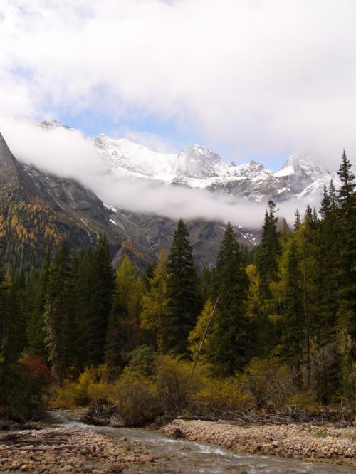 早いうちは霧がかかってしまっていたが、徐々に霧が晴れ、山々たちがその姿を見せ始めてくる。