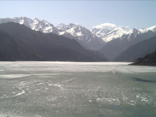 「天池(てんち)」にきました!ここは以前行ったカナダのレイクルイーズに似ていました。4月というのに周辺にはまだ雪が残り、湖も一部凍っています。<br />じーっと見ていると現代社会を忘れてしまいそうな、神秘的で美しい湖でした。