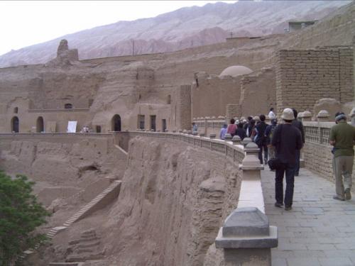 「ベゼグリク千仏洞」にやってきました。<br />ここは6-14世紀まで開かれていた石窟寺院。現存する約60の石窟、中には仏像の絵など様々なデザインで描かれています。(石窟内は撮影禁止)ただほとんどは明らかに人為的に切り取られ、また偶像崇拝を禁止するイスラム教の影響で仏陀の顔の部分がえぐりとられている、などとても悲しい状況でした。