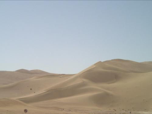 楽しみにしていた「鳴沙山」と「月牙泉」へ!以前行ったことがあるという友人が足跡のたくさんついた鳴沙山なんて最悪!と言っていたので朝一のスケジュールに入っていて嬉しかったです。らくだに乗って砂漠をのんびい歩きます。それはそれは子供のころNHK特集でよく見たシルクロードの世界そのものでした!<br />