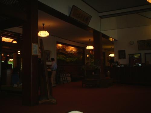 フロントです。<br />あの、まるで「有頂天ホテル」みたいな感じなんです。タイムスリップしたみたいな。<br />ホテル内には昭和初期のレトロな雰囲気が漂ってます。 音楽もそんな感じ。