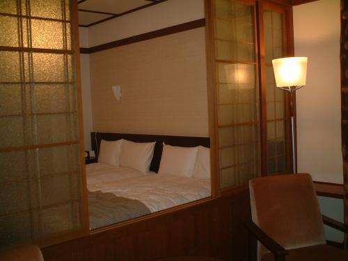 テラス側からベッドルーム。照明も、椅子も、<br />すてき〜><;