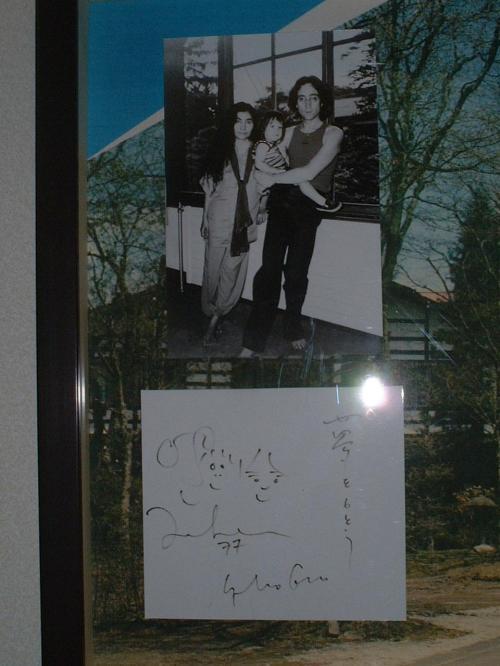 廊下にあった、ジョン・レノンのサイン。<br />おきにで、よく来ていたそうです。