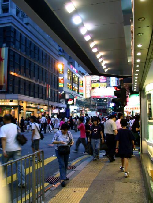 町は通勤ラッシュのようです。<br />人が多くて歩きにくい・・・(@@;<br /><br />先に有る左手のビルは「加拿芬広場(Carnarvon Plaza)」。<br />この漢字を日本語読みしたら、「かなぶんひろば」となるのかな?