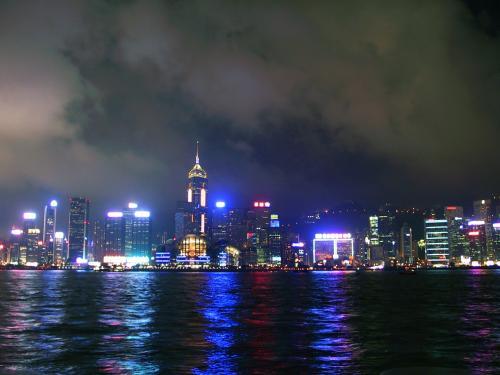 ラーメンは、場所が狭くて撮影できる感じではなかったのでなしです。<br /><br />食後、香港文化中心(鐘楼のある所)前の九龍公眾馬頭から、夜景を楽しんできました。