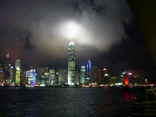 曇りなので、IFC2にも雲が掛かったり切れたりしていました。<br />このビルの上空は、ビルが放つ照明で、月が隠れているように感じます。