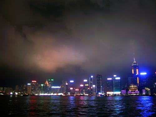 香港会議展覧中心新翼と中環広場から左は、ビル広告が目立ちます。
