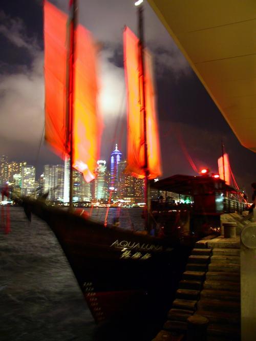 九龍公眾馬頭(Kowloon Public Pier)の天星碼頭寄りには、観光船「張保仔(Aqua Luna)」が停泊していました。<br />45分間の湾内クルージングで、<br />昼間:150HK$<br />夜間:180HK$<br /><br />乗客は西洋人が多かったですね。<br />チケットは、ジャケットを着た関係者が港で即売していました。
