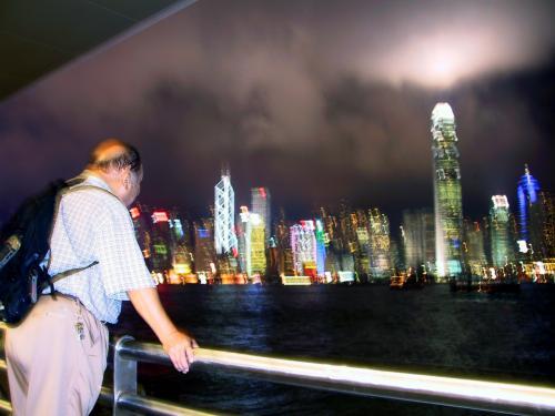 人を一緒にとろうと思うと、三脚なしはきついです。<br />でも、このぐにゃぐにゃ香港夜景も良いかも。。。(^^;<br />爺ぃには、一寸だけピントが合っています。<br />変な写り方ですが、これはシャッターを押した時の振動で景色が呆けて、人物はストロボ照射で、一部分のピント合っているだけ。。。