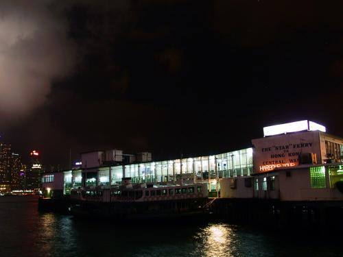 天星碼頭。<br />スターフェリーの発着港です。